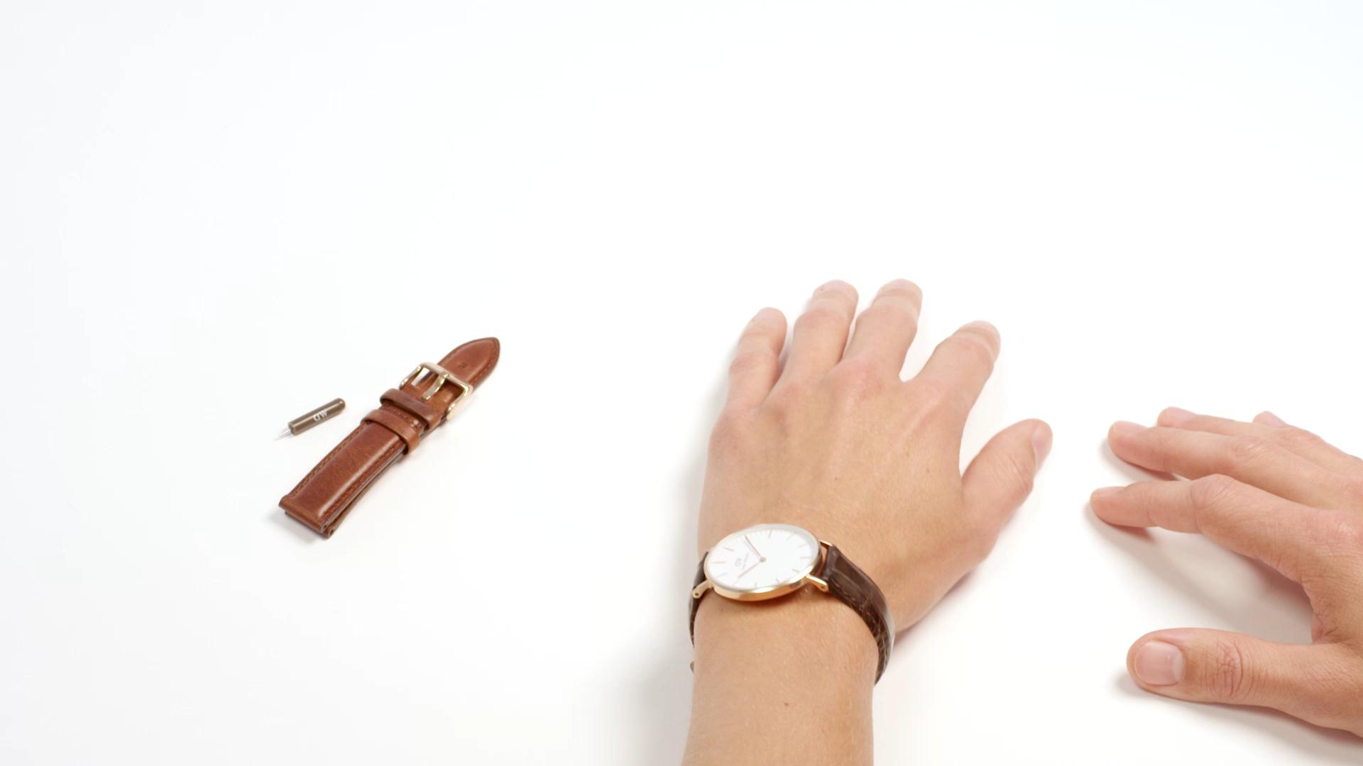 ダニエルウェリントンをご購入された際に付属されている、\u201dバネ棒外し\u201dと、腕時計、付け替えたいベルトをご用意してください。